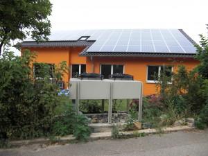 Haus mit Solaranlage und Wärmepumpe